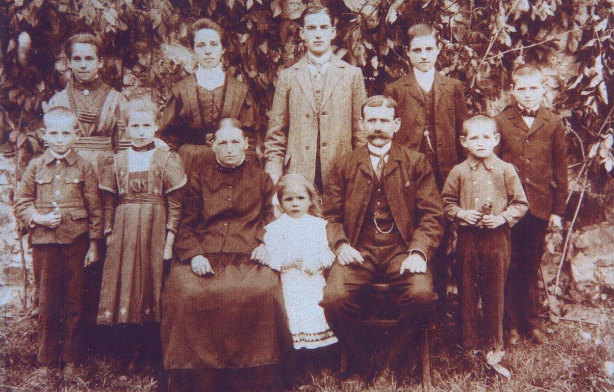 Richard med sine foreldre og åtte søsken i 1910